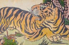 在花岗岩墙壁上的老虎绘画 库存图片