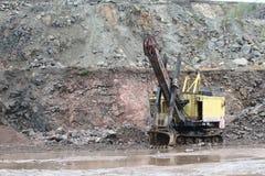 在花岗岩猎物的挖掘机 免版税库存照片