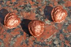 在花岗岩的三个古铜色核桃 库存图片
