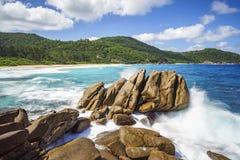 在花岗岩的喷泉晃动,与棕榈的狂放的热带海滩 免版税库存照片