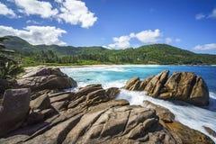 在花岗岩的喷泉晃动,与棕榈的狂放的热带海滩 库存照片