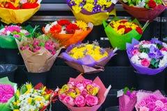 在花店的多彩多姿的花束 库存照片