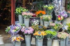 在花店,巴黎,法国前面的五颜六色的花束 库存图片