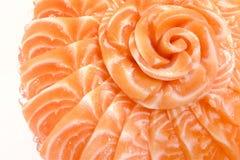在花形状的三文鱼生鱼片在冰在白色的碗小船隔绝了背景 免版税图库摄影