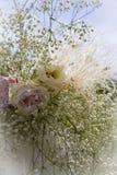 在花束关闭的美丽的大玫瑰在被弄脏的背景 图库摄影