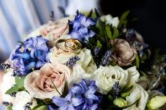 在花束的婚姻的金戒指 免版税库存图片