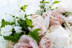 在花束的婚姻的金戒指 免版税库存照片