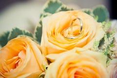 在花束的婚戒谎言 免版税库存图片