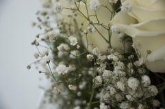 在花束的白色嫩玫瑰 免版税库存照片
