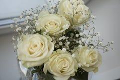 在花束的白色嫩玫瑰 库存照片