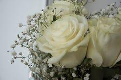在花束的白色嫩玫瑰 免版税图库摄影