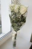 在花束的白色嫩玫瑰 免版税库存图片