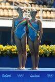 在花样游泳二重奏定期初阶期间,以色列的Levgenia Tetelbaum和阿纳斯塔西娅格鲁申科夫Leventhal任意竞争 免版税库存照片