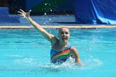 在花样游泳二重奏定期初阶期间,以色列的Levgenia Tetelbaum和阿纳斯塔西娅格鲁申科夫Leventhal任意竞争 库存照片