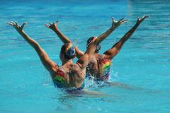 在花样游泳二重奏定期初阶期间,以色列的Levgenia Tetelbaum和阿纳斯塔西娅格鲁申科夫Leventhal任意竞争 免版税图库摄影