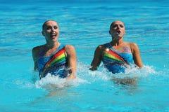 在花样游泳二重奏定期初阶期间,以色列的Levgenia Tetelbaum和阿纳斯塔西娅格鲁申科夫Leventhal任意竞争 图库摄影