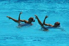 在花样游泳二重奏技术惯例初步回合期间,西班牙的Ona Carbonell和芽体Mengual竞争 图库摄影