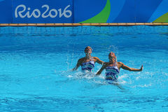 在花样游泳二重奏技术惯例初步回合期间,西班牙的Ona Carbonell和芽体Mengual竞争 免版税库存照片
