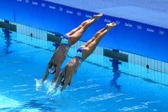 在花样游泳二重奏技术惯例初步回合期间,西班牙的Ona Carbonell和芽体Mengual竞争 免版税库存图片