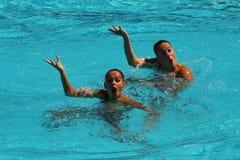 在花样游泳二重奏期间,队白俄罗斯的Iryna Limanouskaya和韦罗妮卡Yesipovich竞争 免版税库存照片