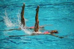 在花样游泳二重奏期间,队白俄罗斯的Iryna Limanouskaya和韦罗妮卡Yesipovich竞争 库存图片