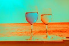 在花梢颜色的两块玻璃 免版税库存照片