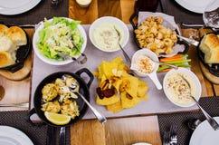 在花梢餐馆的各种各样的食家盘 免版税图库摄影