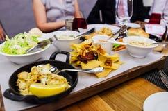 在花梢餐馆的食家盘 免版税库存图片