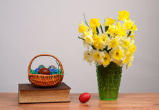 在花瓶和复活节彩蛋的花 免版税库存图片
