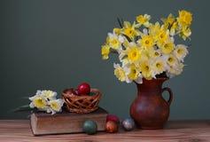 在花瓶和复活节彩蛋的花 图库摄影