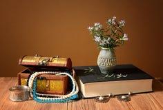 在花瓶和首饰的罗斯玛丽花 免版税库存图片