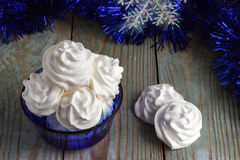 在花瓶白色的蛋白甜饼曲奇饼 图库摄影