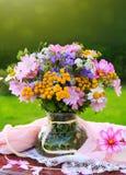 在花瓶的五颜六色的花花束 库存图片