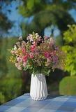在花瓶的五颜六色的花诗句 免版税库存图片