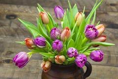 在花瓶的五颜六色的郁金香 免版税库存图片