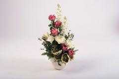 在花瓶的人造花花束在白色 免版税图库摄影