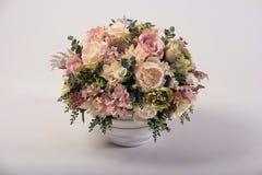 在花瓶的人造花花束在白色 免版税库存图片