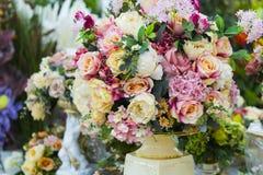 在花瓶的人造花 大花束 库存图片