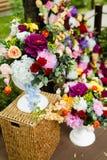 在花瓶的人造花 大花束 免版税库存照片