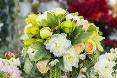在花瓶的人造花 大花束 库存照片