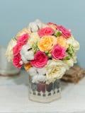 在花瓶的好的玫瑰 免版税库存照片