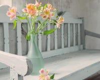 在花瓶的德国锥脚形酒杯在老长木凳 库存图片