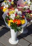 在花瓶的惊人的五颜六色的春天花 库存照片