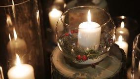 在花瓶的晚上被点燃的蜡烛 股票录像