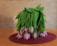 在花瓶的枯萎的郁金香 免版税库存图片