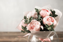 在花瓶的桃红色牡丹 减速火箭的被称呼的照片 库存照片