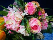 在花瓶的桃红色玫瑰花束在livung屋子 库存照片