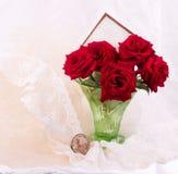 在花瓶的玫瑰与横幅添加 图库摄影