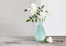 在花瓶的白玫瑰 免版税库存照片