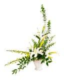 在花瓶的空白和绿色花花束排列 免版税图库摄影